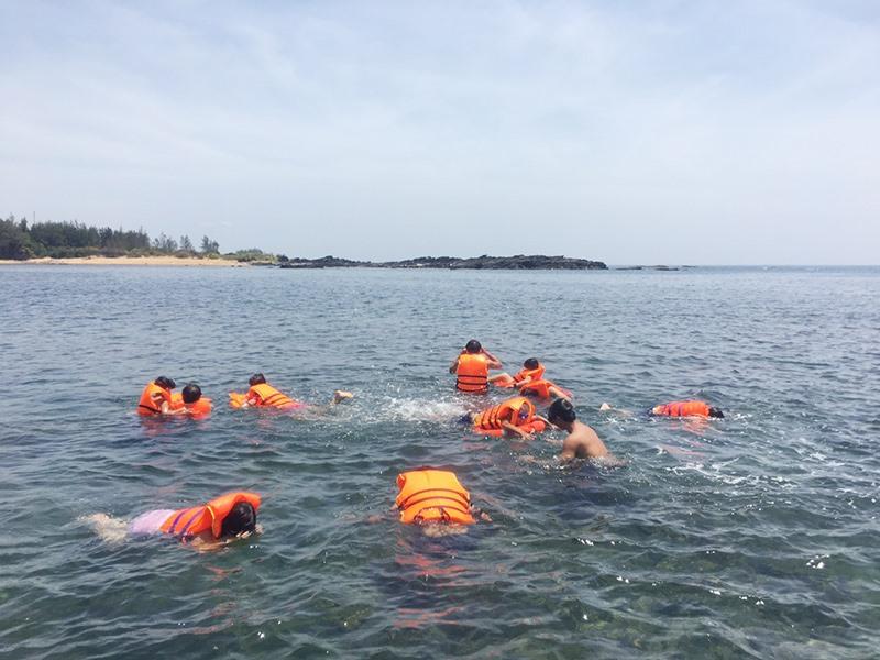 Du khách tham gia tắm biển, lặn ngắm san hô ở Tam Hải. Ảnh: K.L