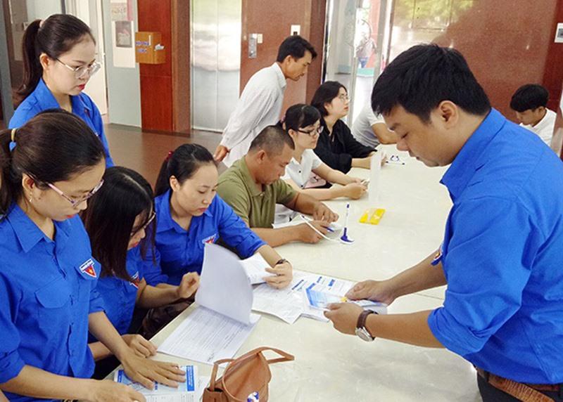 Thanh niên tình nguyện Đoàn khối Các cơ quan tỉnh tổ chức tuyên truyền dịch vụ công trực tuyến tại Trung tâm Hành chính công tỉnh. Ảnh: N.C