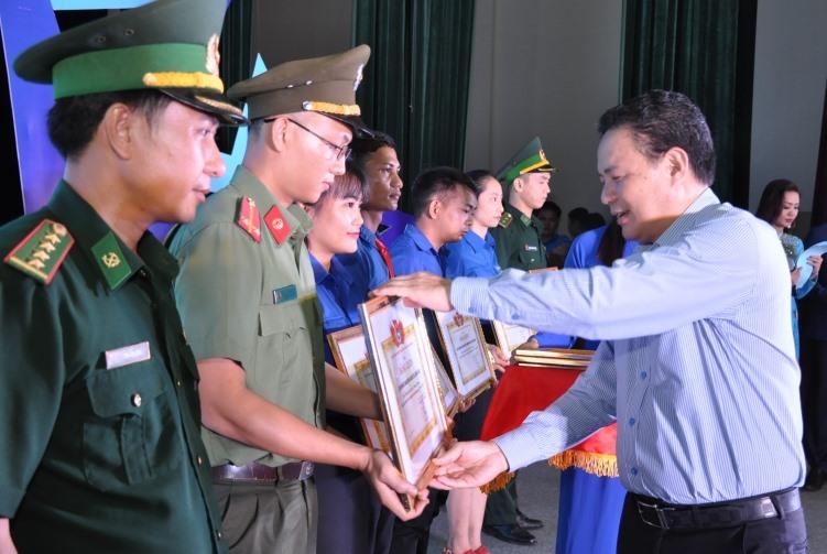 Phó Chủ tịch UBND tỉnh Lê Văn Thanh tặng Bằng khen cho các tập thể có thành tích xuất sắc trong 20 năm phong trào thanh niên tình nguyện. Ảnh: PHAN TUẤN