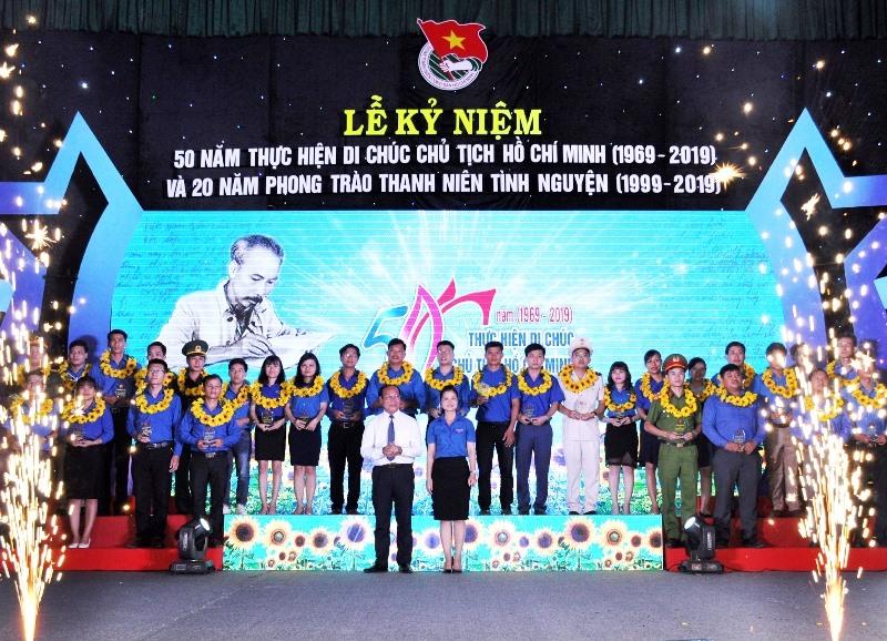 Tuyên dương 30 gương đảng viên trẻ tiêu biểu toàn tỉnh nhân dịp kỷ niệm 50 năm thực hiện Di chúc Chủ tịch Hồ Chí Minh. Ảnh: PHAN TUẤN