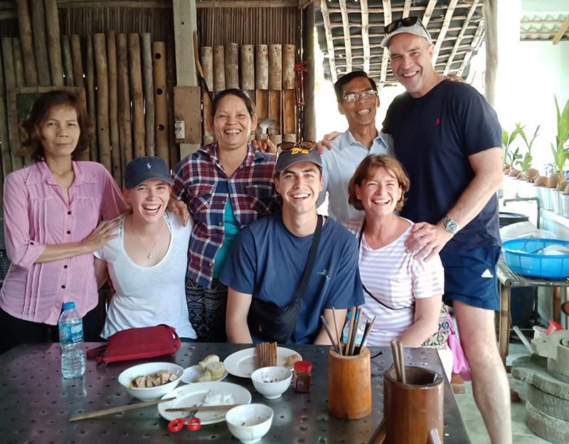 Vợ chồng ông Hùng và các du khách quốc tế đến tham quan tại gia đình. Ảnh: H.H
