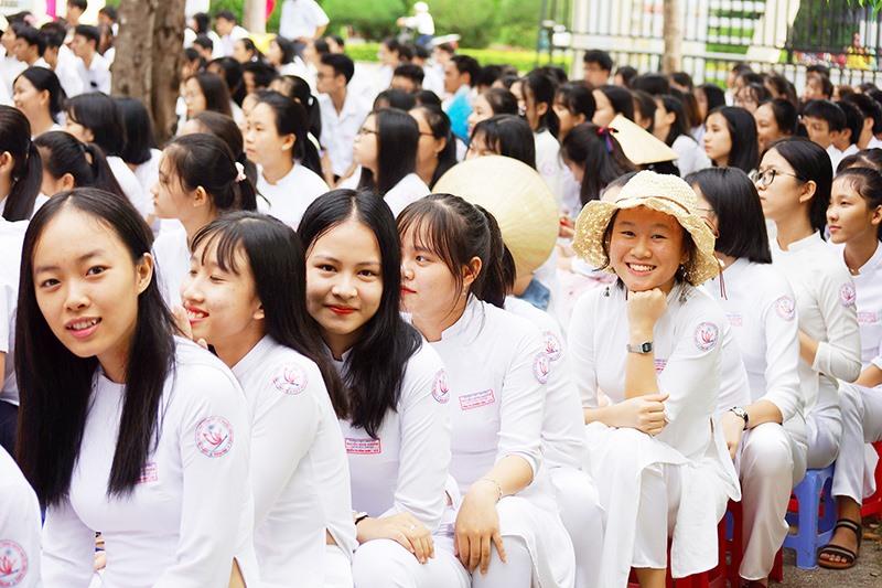 Nữ sinh Trường THPT chuyên Nguyễn Bỉnh Khiêm (Tam Kỳ) trong ngày khai giảng năm học mới. Ảnh: PHƯƠNG THẢO