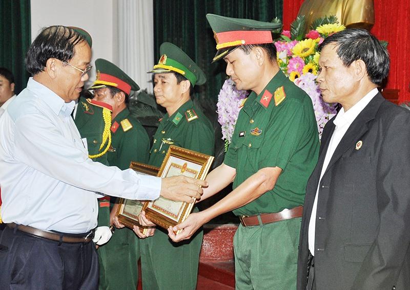 Chủ tịch UBND tỉnh Đinh Văn Thu tặng Bằng khen cho các tập thể có thành tích xuất sắc trong xây dựng nền QPTD giai đoạn 2009 - 2019. Ảnh: VINH ANH