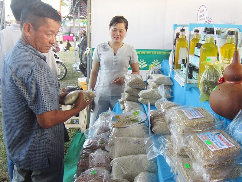 Sản phẩm khoai chà Phú Thọ được quảng bá, giới thiệu tại các hội chợ. Ảnh: T.P