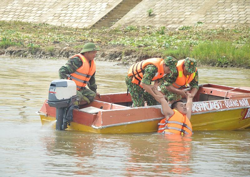 Hướng dẫn cách cứu người bị đuối nước. Ảnh: T.ANH