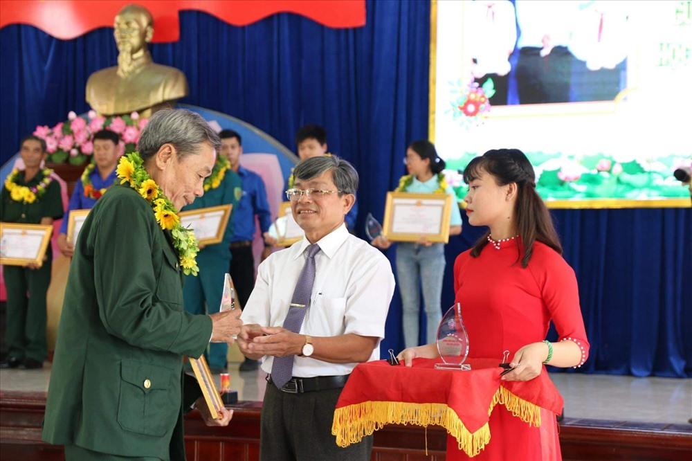 Thị xã Điện Bàn tuyên dương gương CCB, ĐVTN trong học tập và làm theo lời Bác. Ảnh: L.T