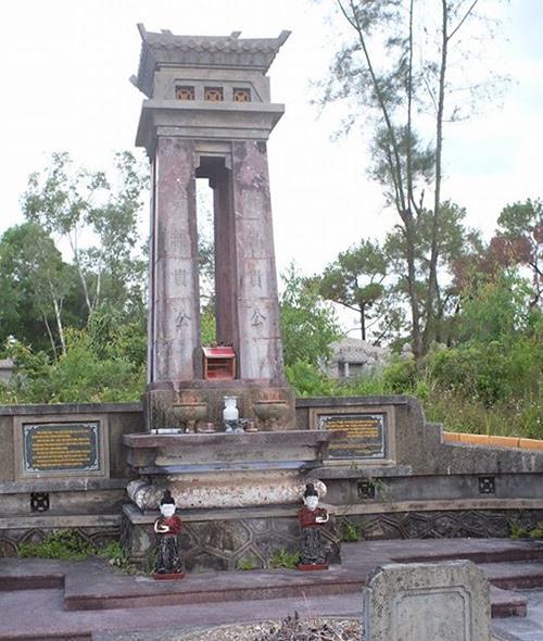 Ngôi mộ chung của Thái Phiên - Trần Cao Vân ở Huế.