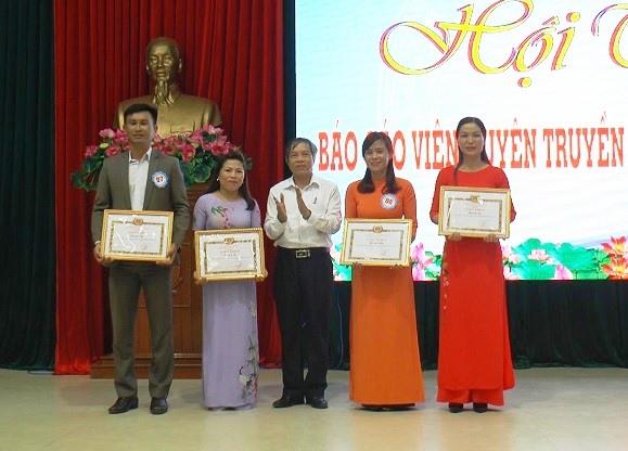 Ông Nguyễn Đức Tám - Phó Bí thư Thường trực Huyện ủy Thăng Bình, Trưởng ban Tổ chức hội thi trao thưởng cho thí sinh đoạt giải nhất, nhì, ba. Ảnh: SƯƠNG TÂN