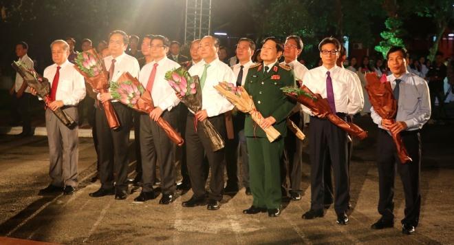 Thủ tướng Nguyễn Xuân Phúc cùng các đồng chí lãnh đạo Đảng, Nhà nước dâng hoa tại Tượng đài Nguyễn Tất Thành ở Trường Quốc học Huế (TP.Huế). Ảnh: Ảnh: TTXVN