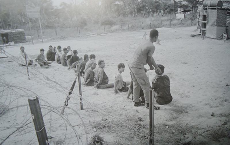 Bức ảnh những hình thức tra tấn dã man của địch được in trong sách Lịch sử Đảng bộ thị xã Hội An giai đoạn 1930-1975. (Ảnh: tư liệu)