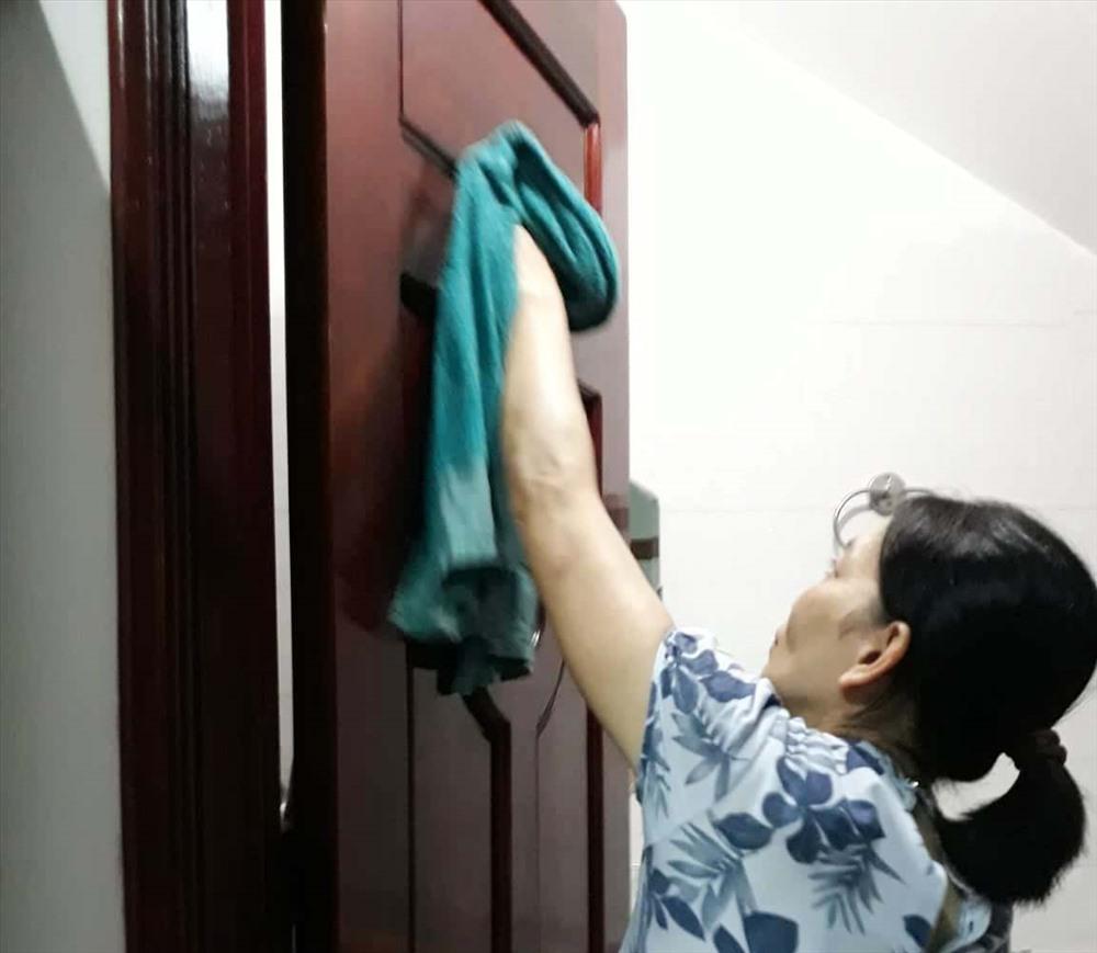 Công việc thường ngày của chị Minh là làm tạp vụ. Ảnh: H.A