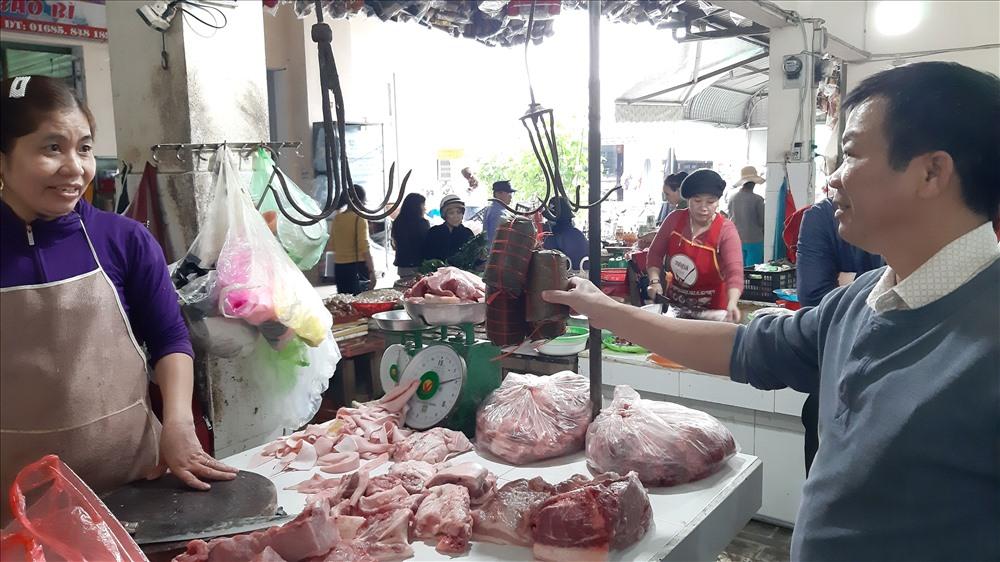 Ngành chức năng phát hiện kinh doanh chả không đảm bảo ATTP ở chợ Nam Phước (Duy Xuyên). Ảnh: VIỆT NGUYỄN