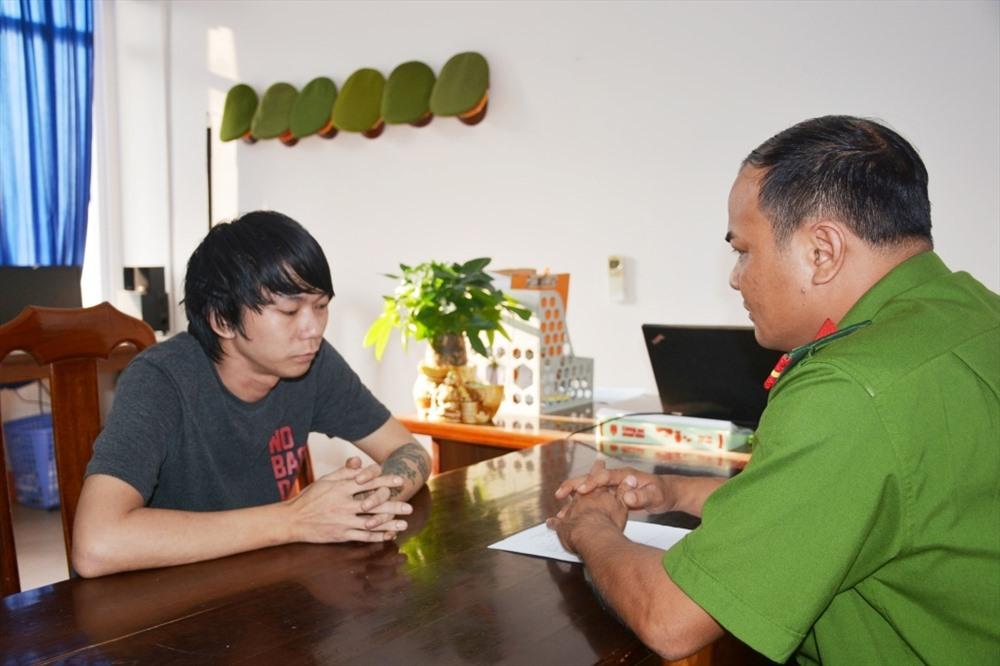 Công an làm việc với đối tượng Long Boon Leng, quốc tịch Malaysia – đối tượng chủ cầm đầu nhóm đối tượng người Malaysia,Việt Nam hoạt động phạm tội chiếm đoạt tài sản