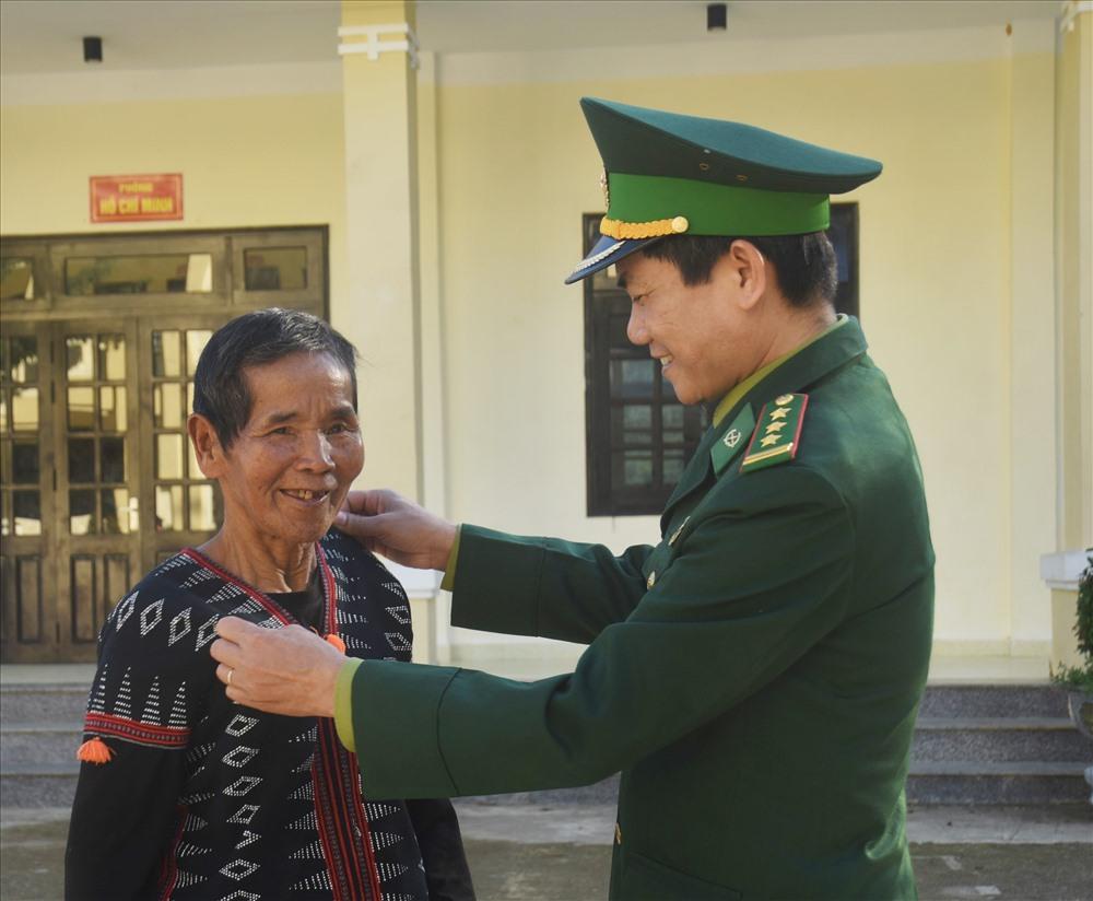 Thượng tá Hoàng Văn Mẫn - Chính ủy Bộ Chỉ huy Bộ đội Biên phòng Quảng Nam thăm hỏi, động viên bà con địa phương.