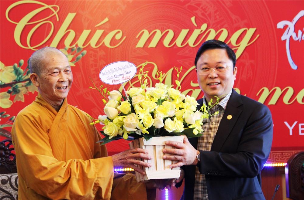 Chủ tịch UBND tỉnh Lê Trí Thanh nhận hoa chúc mừng từ Hòa thượng Thích Thiện Thành, nhân dịp năm mới 2020. Ảnh: A.N