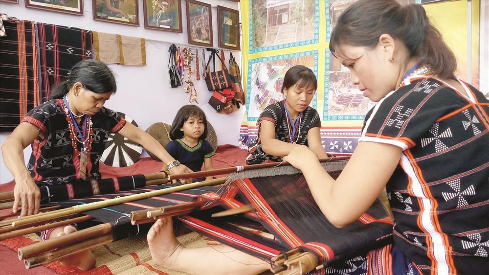 Đồng bào Cơ Tu với nghề dệt truyền thống.  Ảnh: ALĂNG NGƯỚC