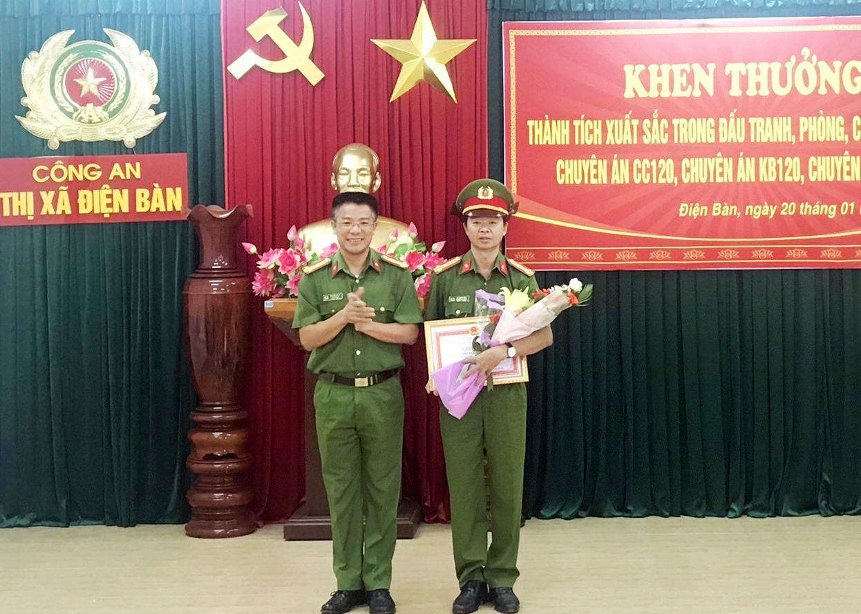 Đại tá Nguyễn Hà Lai - Phó Giám đốc Công an tỉnh tặng thưởng nóng cho Công an thị xã Điện Bàn