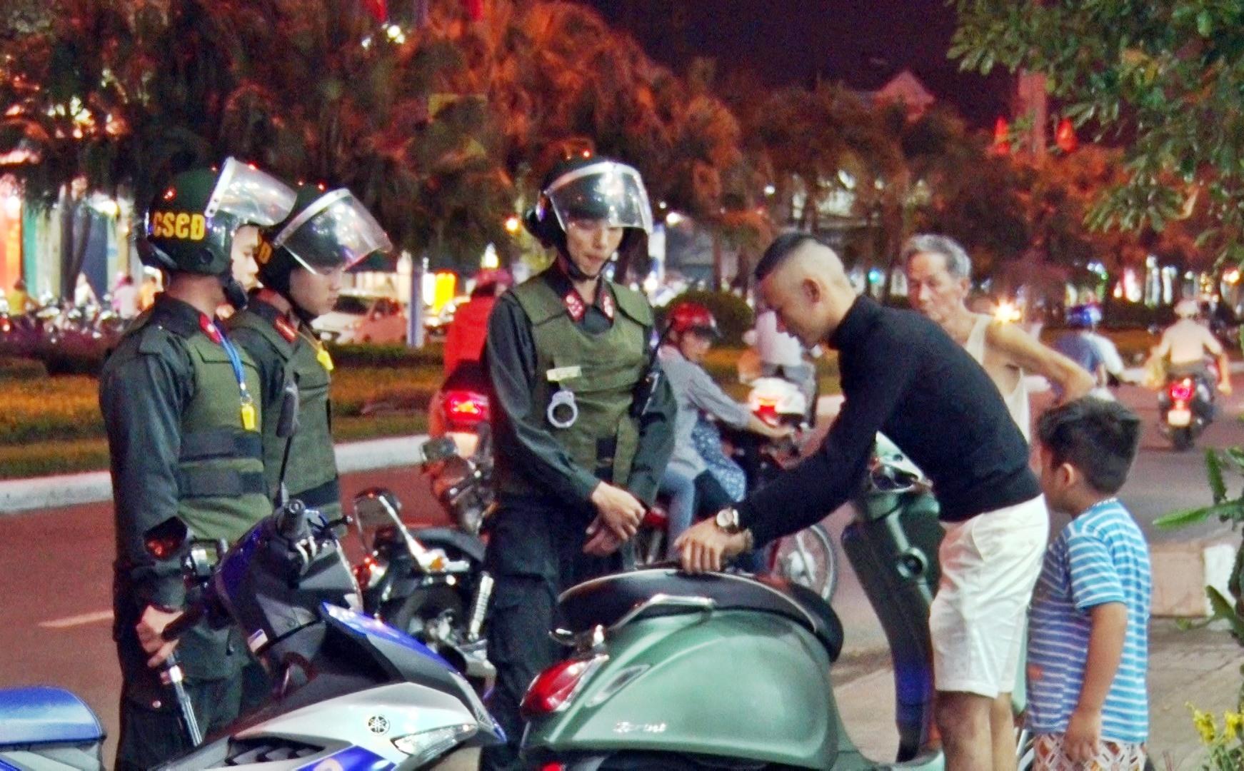 Cảnh sát cơ động kiểm tra, xử lý các hành vi vi phạm pháp luật. Ảnh: Đ.Q