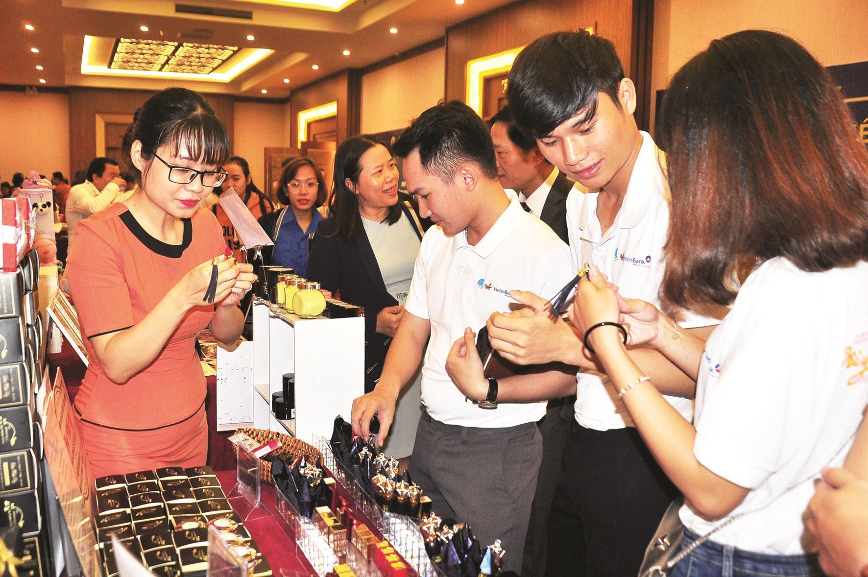 Sản phẩm khởi nghiệp của thanh niên Quảng Nam tham gia trưng bày tại Ngày hội khởi nghiệp Quảng Nam năm 2019. Ảnh: VINH ANH