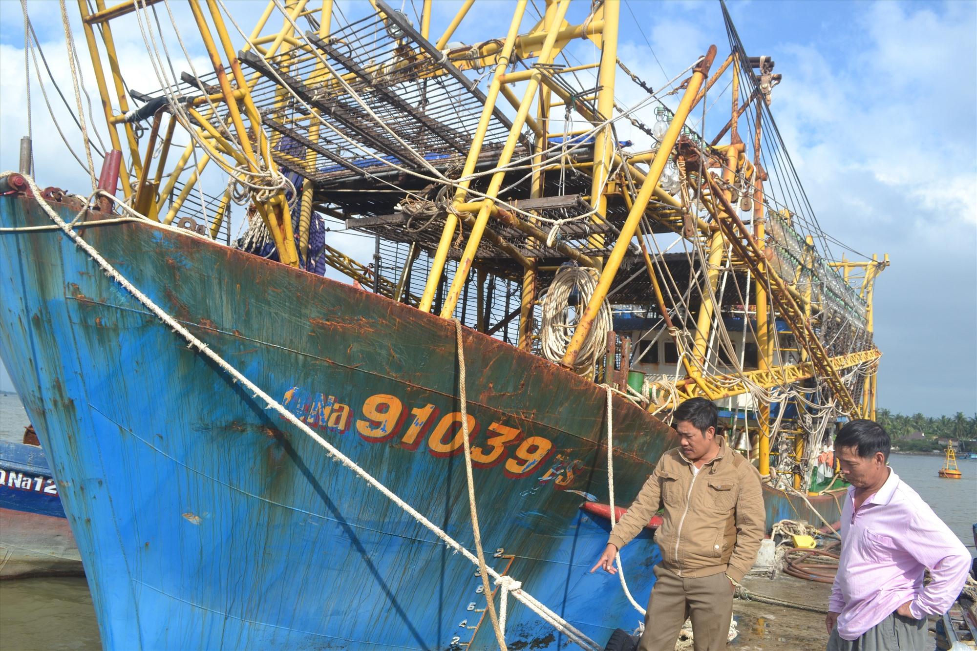 Ngư dân Nguyễn Văn Hùng cho biết tàu vỏ thép đã xuống cấp, rất cần được hỗ trợ duy tu, bảo dưỡng để vươn khơi sản xuất. Ảnh: VIỆT NGUYỄN