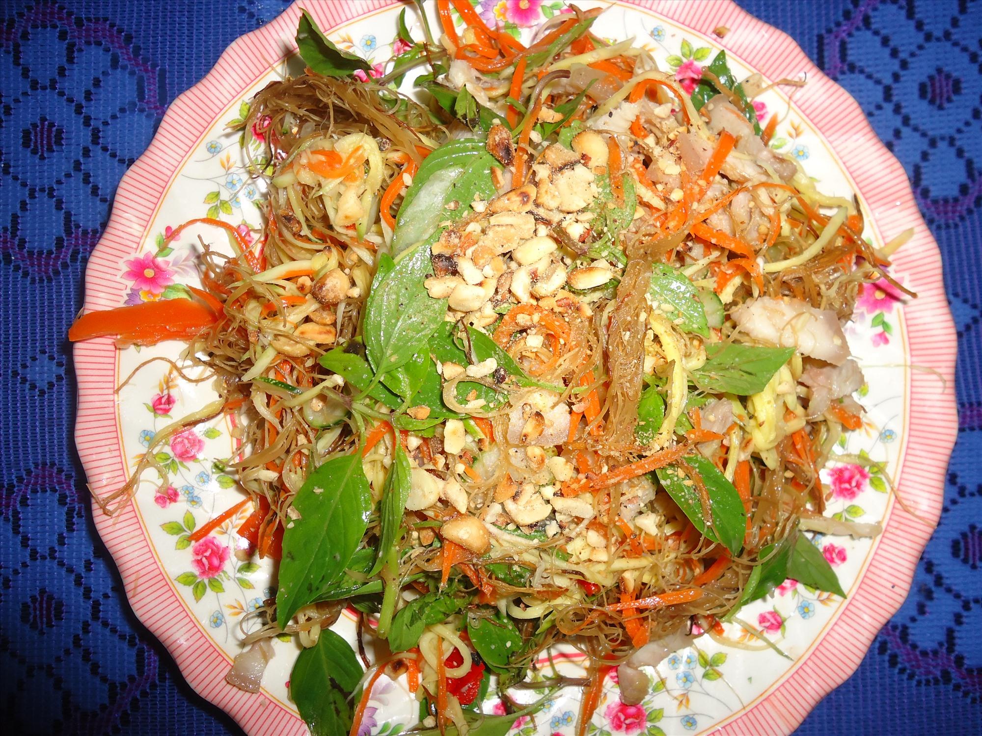 Gỏi rong cau là món ăn đặc sản vùng nước lợ Núi Thành.