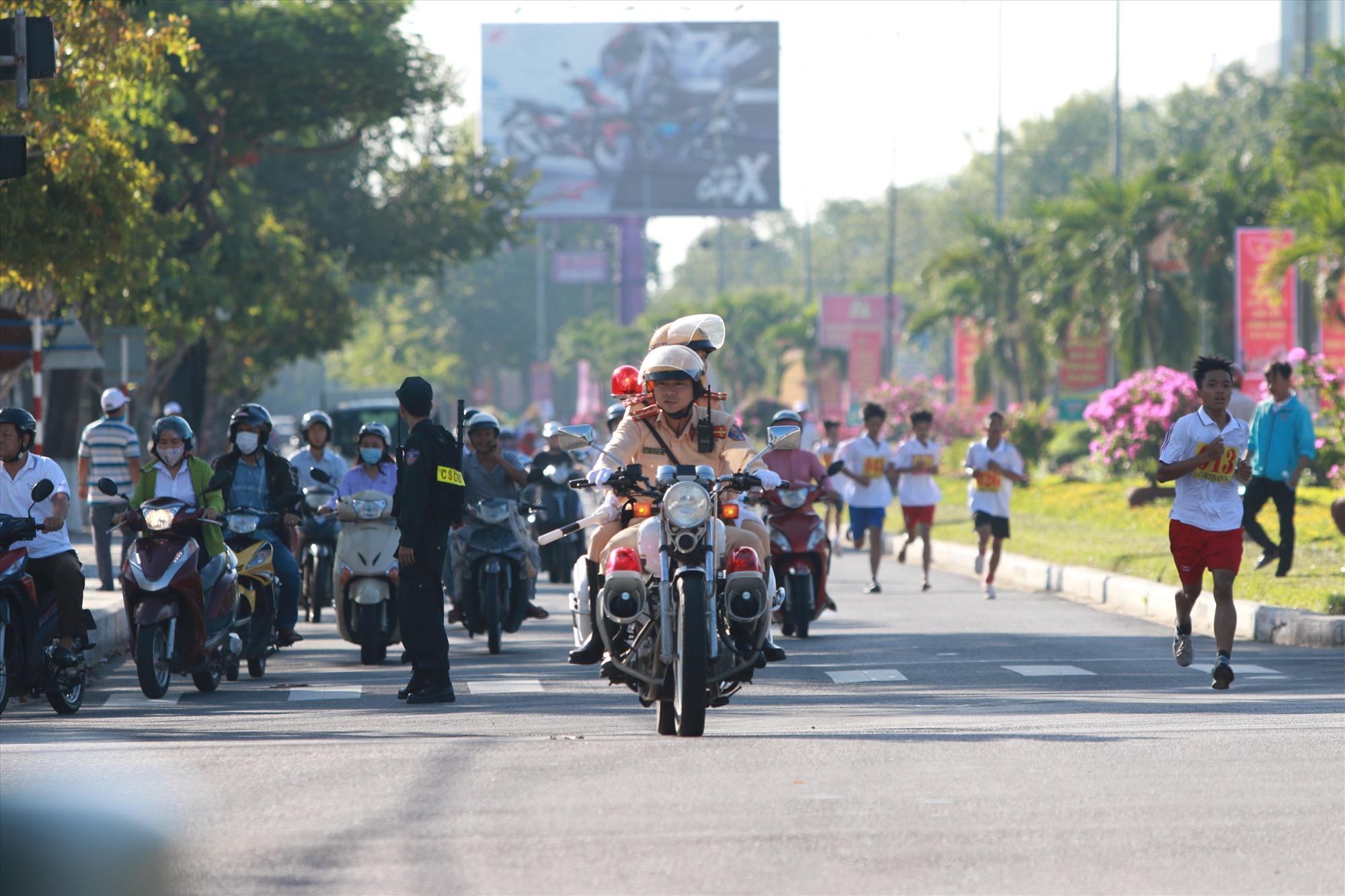 CSGT khá vất vả vì một số phương tiện vẫn cố ý đi vào đường Hùng Vương trong khi ban tổ chức đã cắt đường.