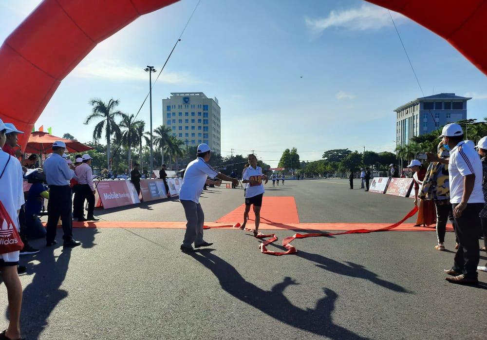 Phan Thị Bảo Trâm - Phòng GD-ĐT Hội An đã cán đích ở nội ding 1.500 mét.