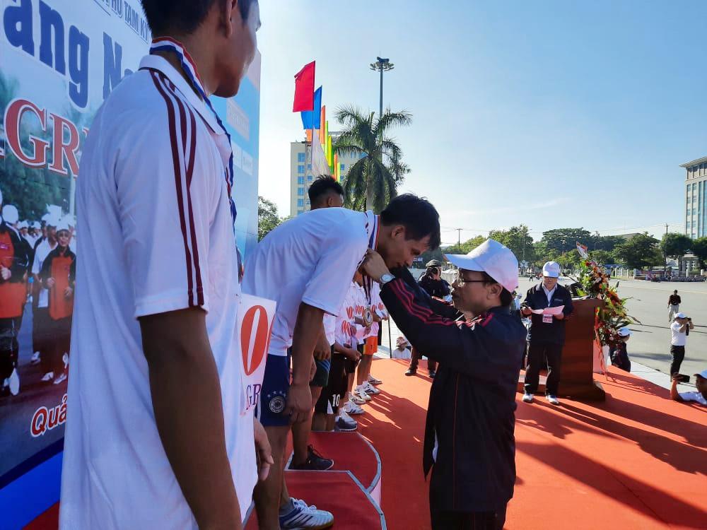 Ban Tổ chức trao giải cho nội dung thi 2.000m nam phong trào.