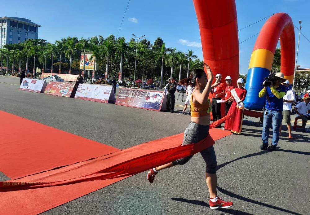 VĐV Nguyễn Thị Thanh Phúc - Trung tâm huấn luyện và đào tạo VĐV Đà Nẵng về đích đầu tiên cự li 5.000m nữ.