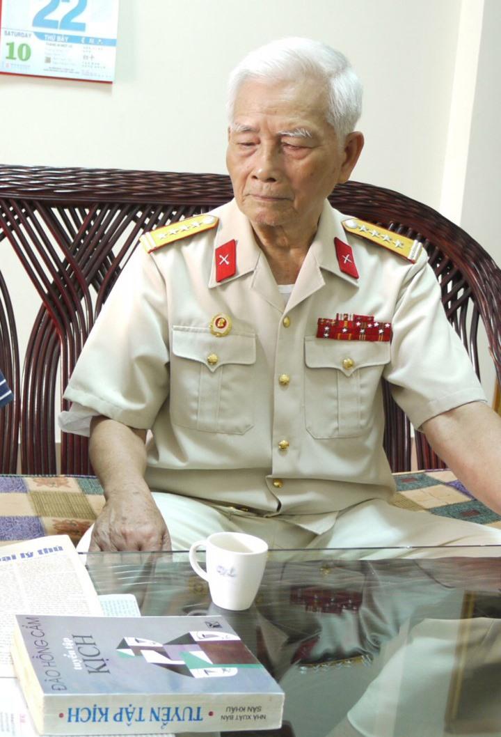 Đại tá Trần Văn Thà bên tuyển tập kịch của Đào Hồng Cẩm, trong đó có vở Đại đội trưởng của tôi.