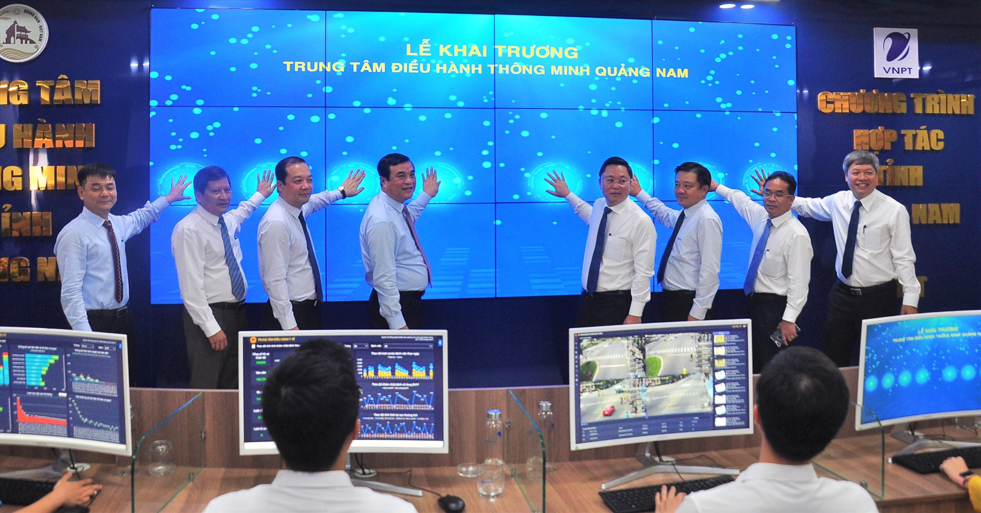 Các đại biểu tham dự và thực hiện nghi thức khai trương Trung tâm IOC Quảng Nam. Ảnh: VINH ANH
