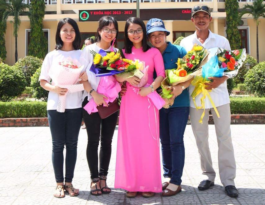 Lê Thị Ngọc Trâm (giữa), gương mặt ươm mầm năm 2014, hiện công tác tại Trường THPT chuyên Lê Thánh Tông. Ảnh: NVCC.