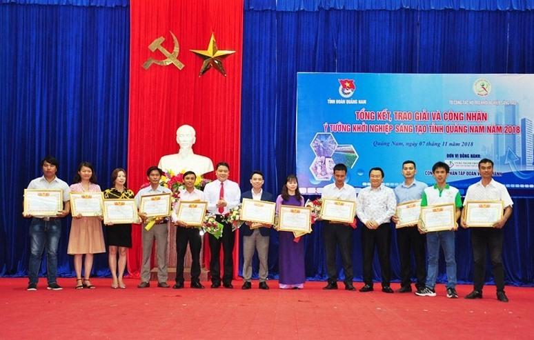 Các tác giả, nhóm tác giả đoạt giải cuộc thi Ý tưởng KNST năm 2018. Ảnh: VINH ANH