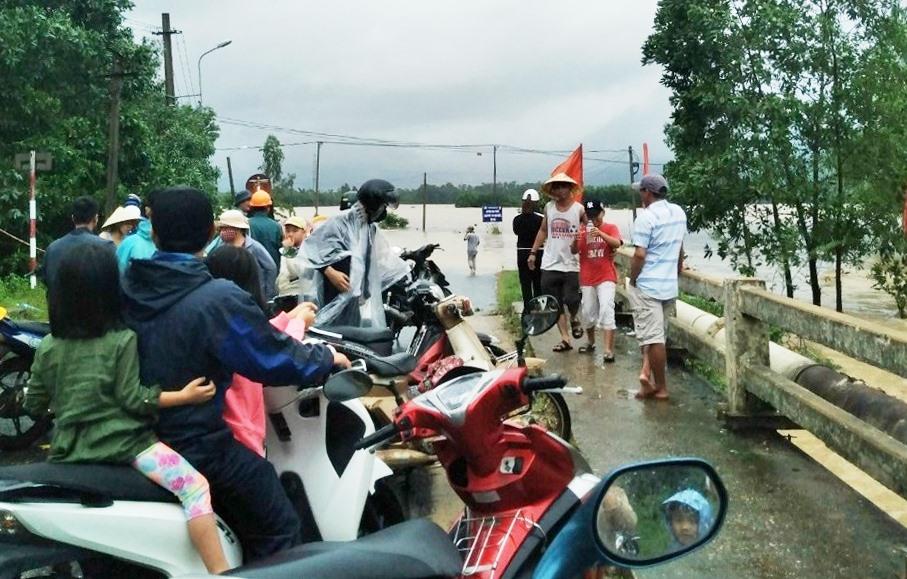 Nước lũ dâng cao tại khu vực cầu Ngọc, xã Đại Hiệp. Ảnh: CTV