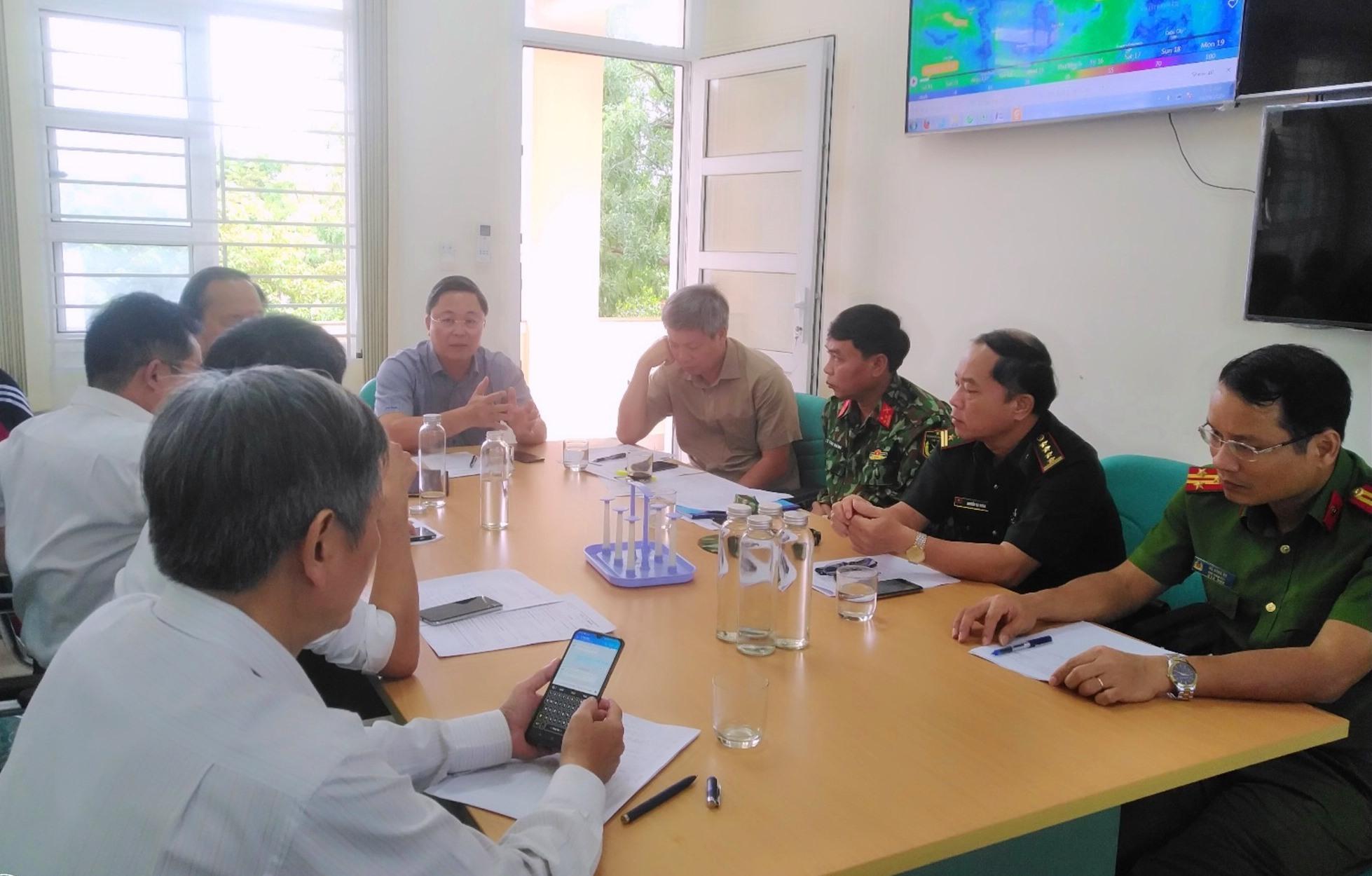 Chủ tịch UBND tỉnh Lê Trí Thanh chủ trì cuộc họp với Ban Chỉ huy PCTT và TKCN tỉnh. Ảnh: M.L