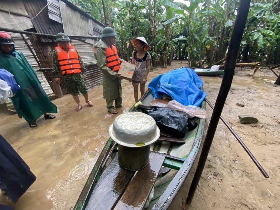 Ban CHQS huyện Đại Lộc tặng quà cho nhân dân bị ngập lụt.