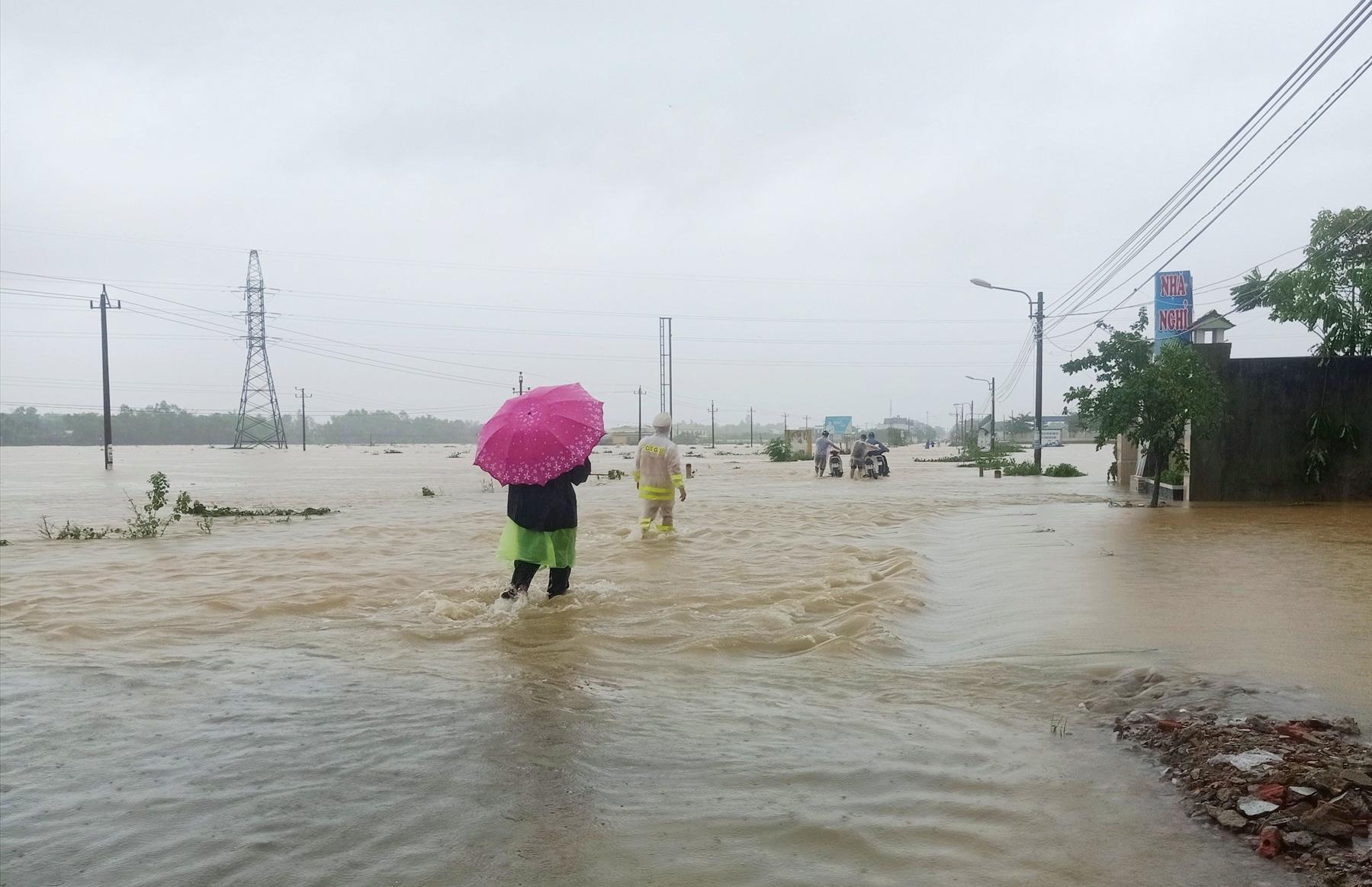 Vùng rốn lũ Đại Lộc chiều tối 10.10 nhiều đoạn tỉnh lộ ĐT 609B vẫn còn ngập sâu trong nước. Ảnh: HOÀNG LIÊN