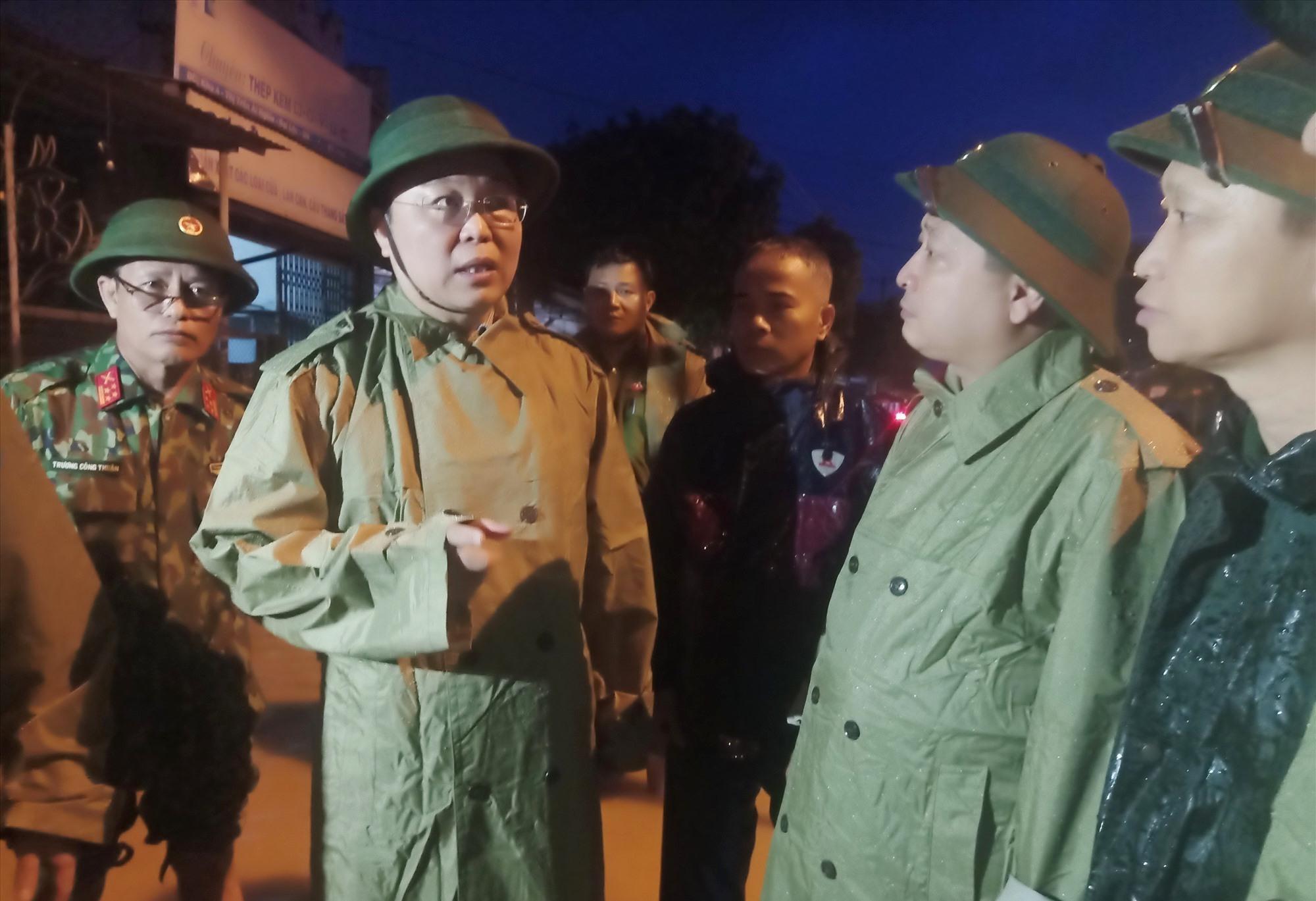 """Chủ tịch UBND tỉnh Lê Trí Thanh đi khảo sát thực tế tại vùng """"rốn lũ"""" Đại Lộc. Ảnh: HOÀNG LIÊN"""
