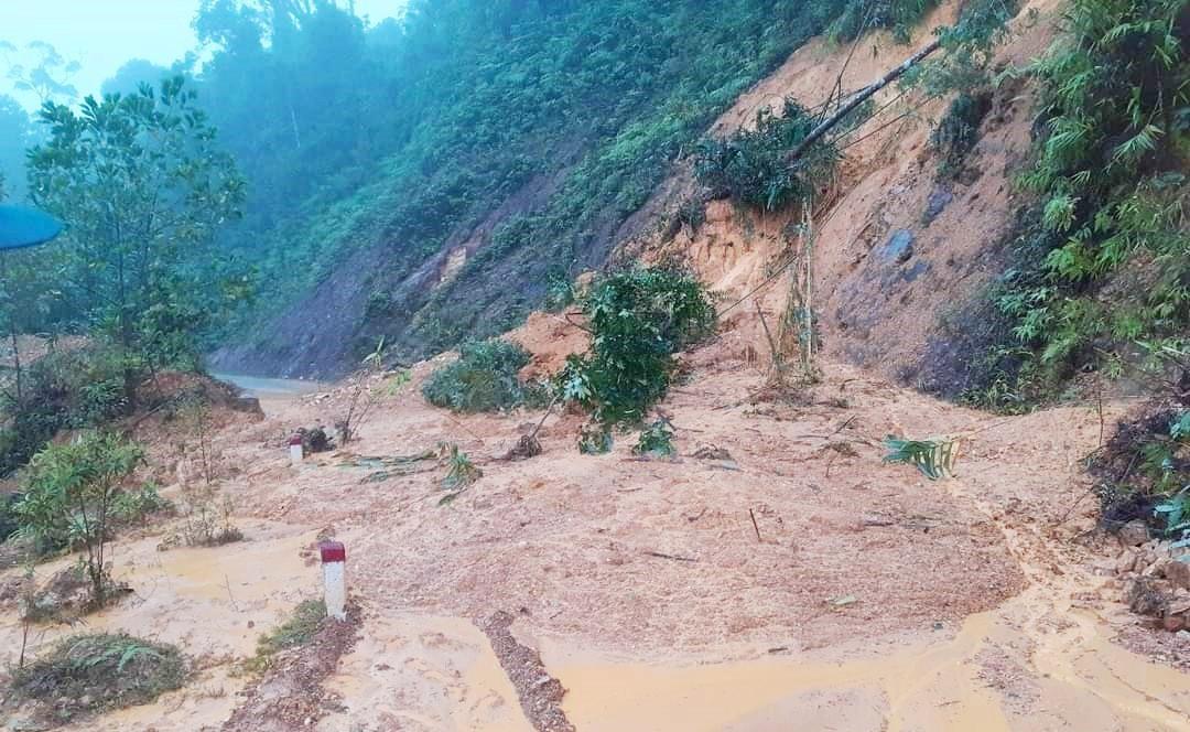 Mưa lớn gây sạt lở nhiều tuyến đường trên địa bàn tỉnh. Ảnh: P.V