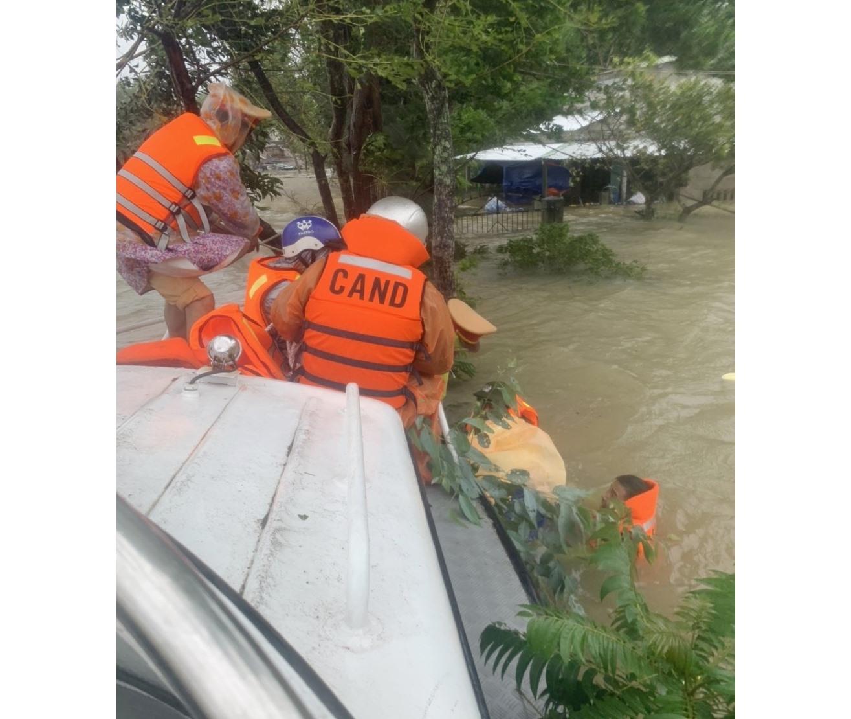 Hàng chục người dân ở thôn Đàn Hạ được sơ tán khẩn khỏi vùng ngập lụt. (Ảnh: Phòng Cảnh sát đường thủy cung cấp).