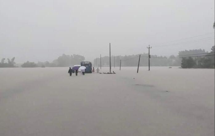 Nhiều đoạn đường ở Nông Sơn bị ngập sâu trong nước từ 1-2m. Ảnh: Tuyết Trương