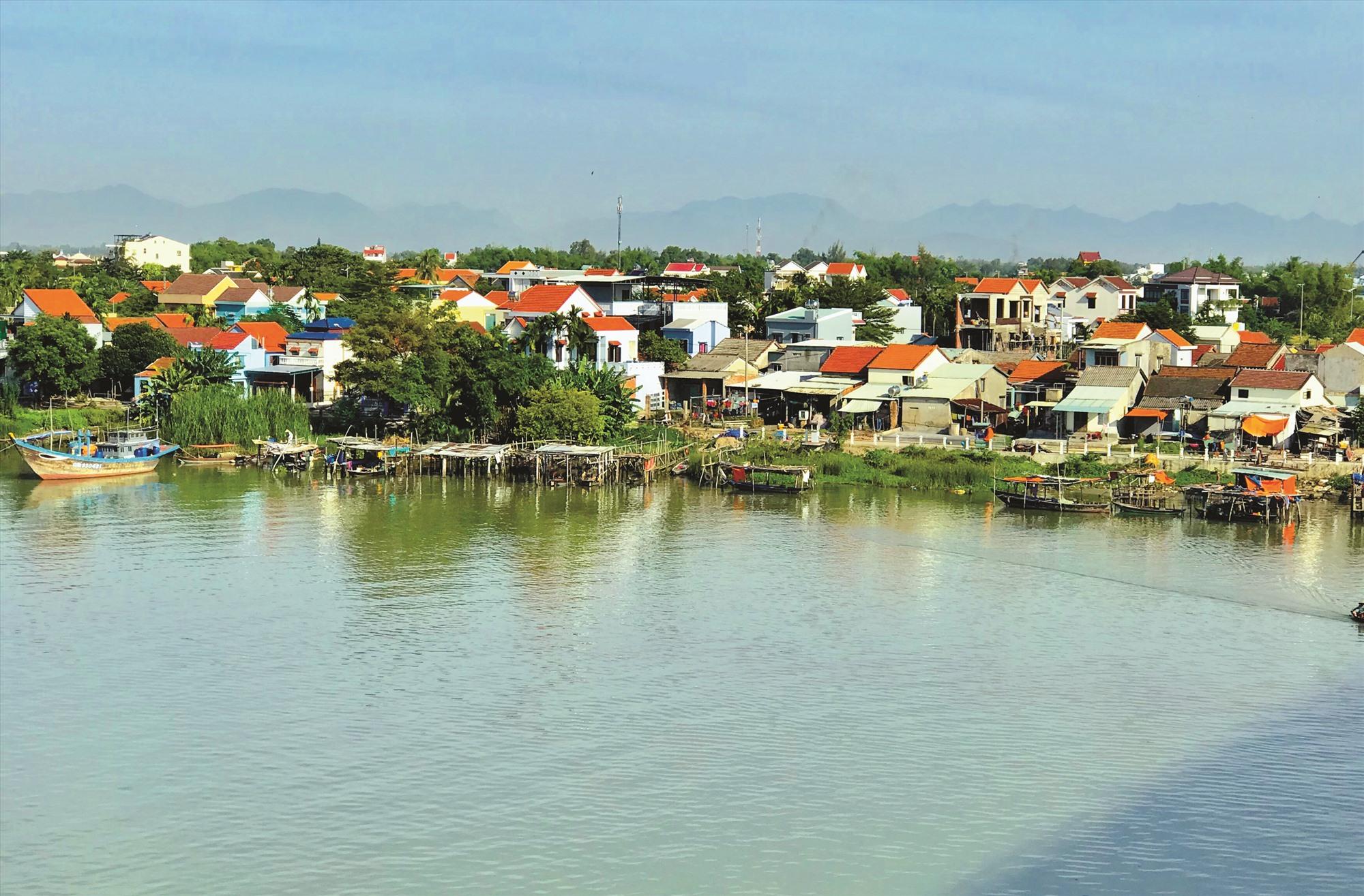 Làng gốm Thanh Hà nhìn từ cầu Cẩm Kim. Ảnh: Q.T