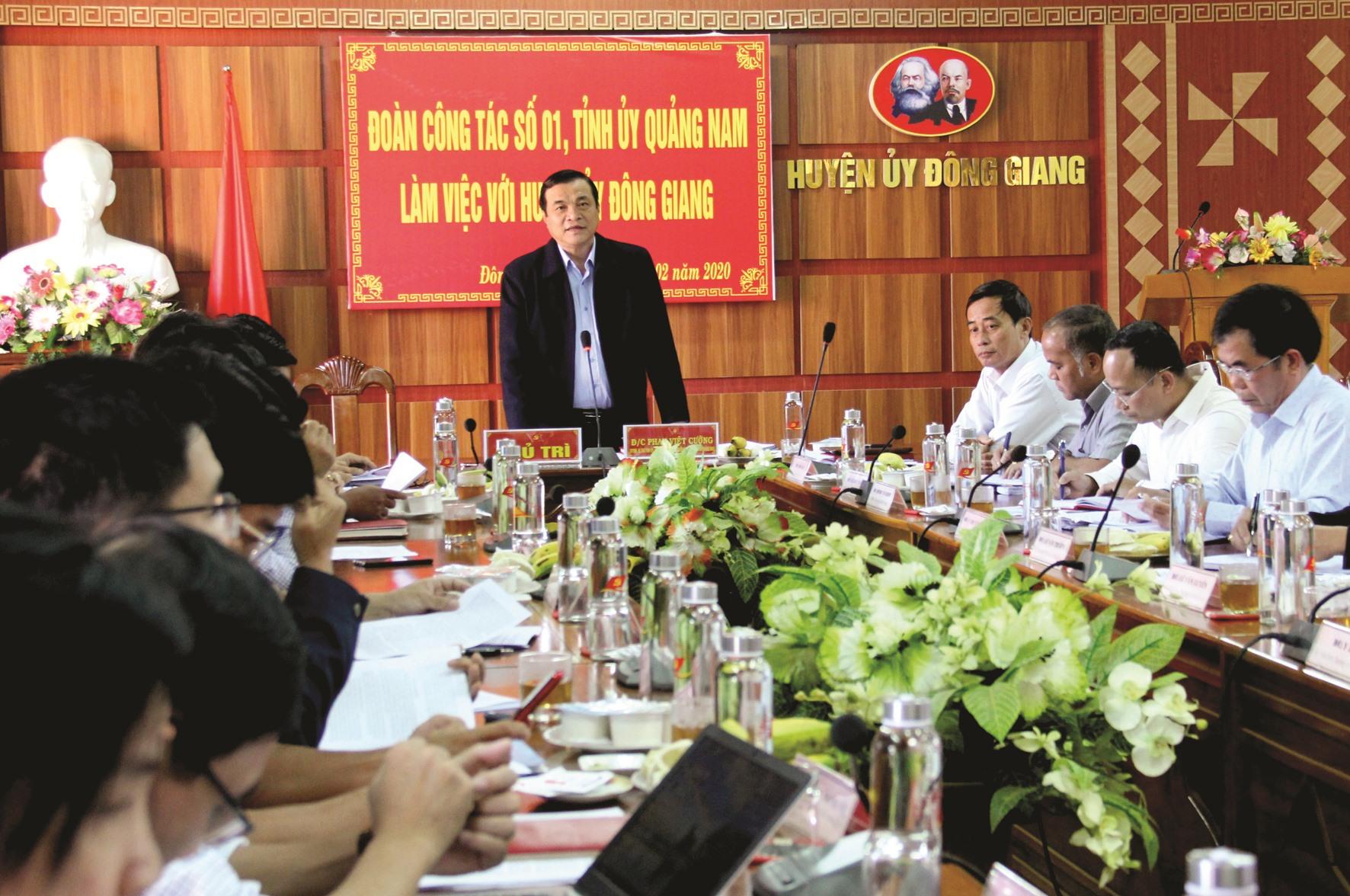 Đoàn công tác của Tỉnh ủy làm việc với Huyện ủy Đông Giang liên quan đến công tác chuẩn bị Đại hội Đảng các cấp, nhiệm kỳ 2020 - 2025. Ảnh: ALĂNG NGƯỚC