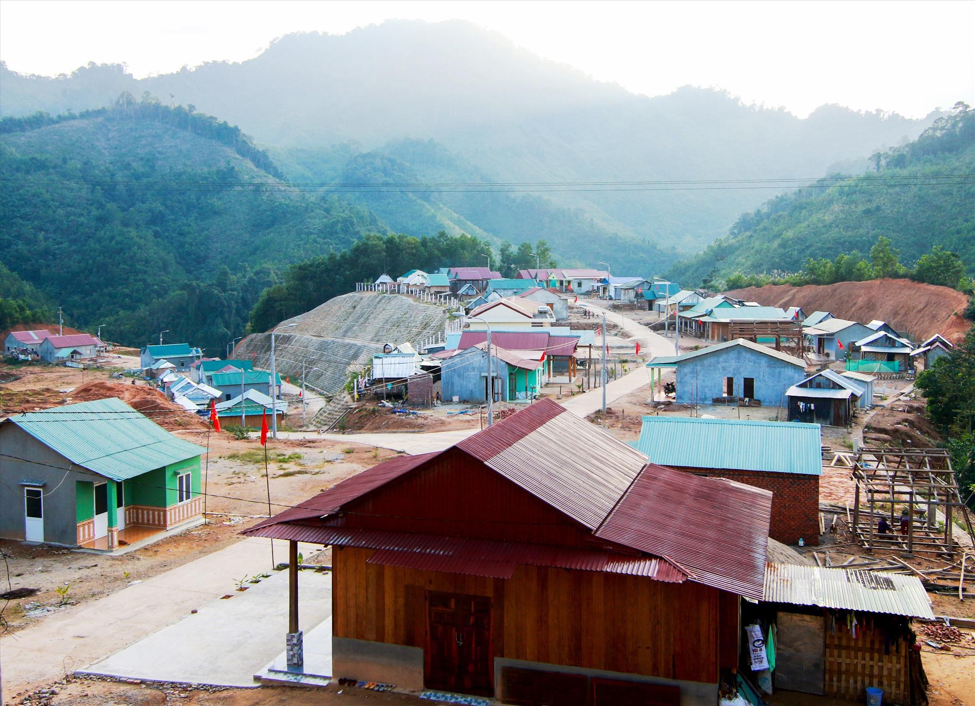 Việc sắp xếp, bố trí dân cư ở miền núi cần phù hợp với đặc trưng văn hóa, gìn giữ bản sắc của đồng bào miền núi. Ảnh: N.C