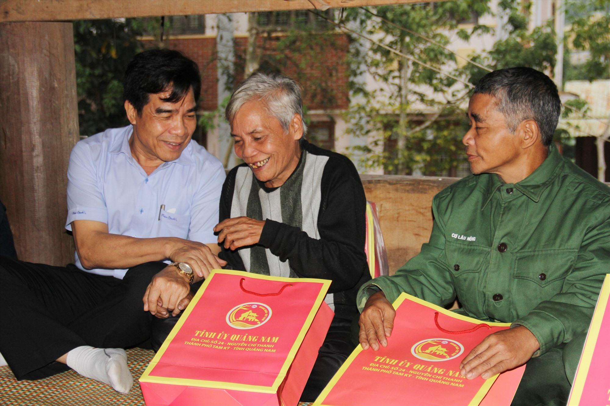 Phó Bí thư Thường trực Tỉnh ủy Lê Văn Dũng thăm, tặng quà các già làng vùng cao.