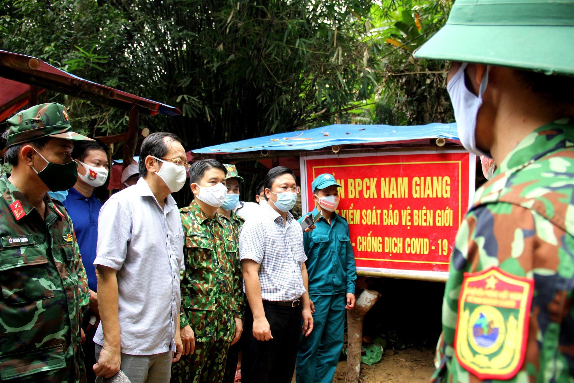 Chủ tịch UBND tỉnh Lê Trí Thanh và đoàn công tác của tỉnh thăm, động viên các chiến sĩ biên phòng làm nhiệm vụ kiểm soát biên giới phòng dịch Covid-19.