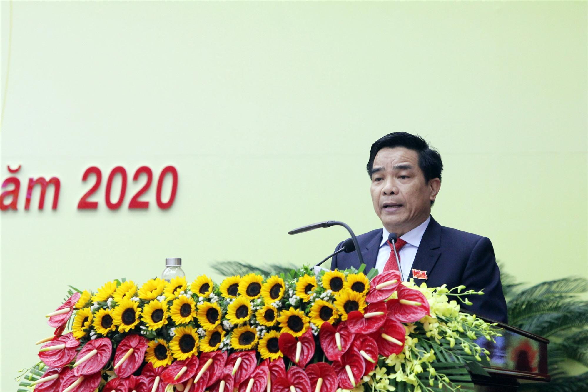 Đồng chí Lê Văn Dũng - Phó Bí thư Thường trực Tỉnh ủy trình bày tóm tắt Báo cáo chính trị tại Đại hội.