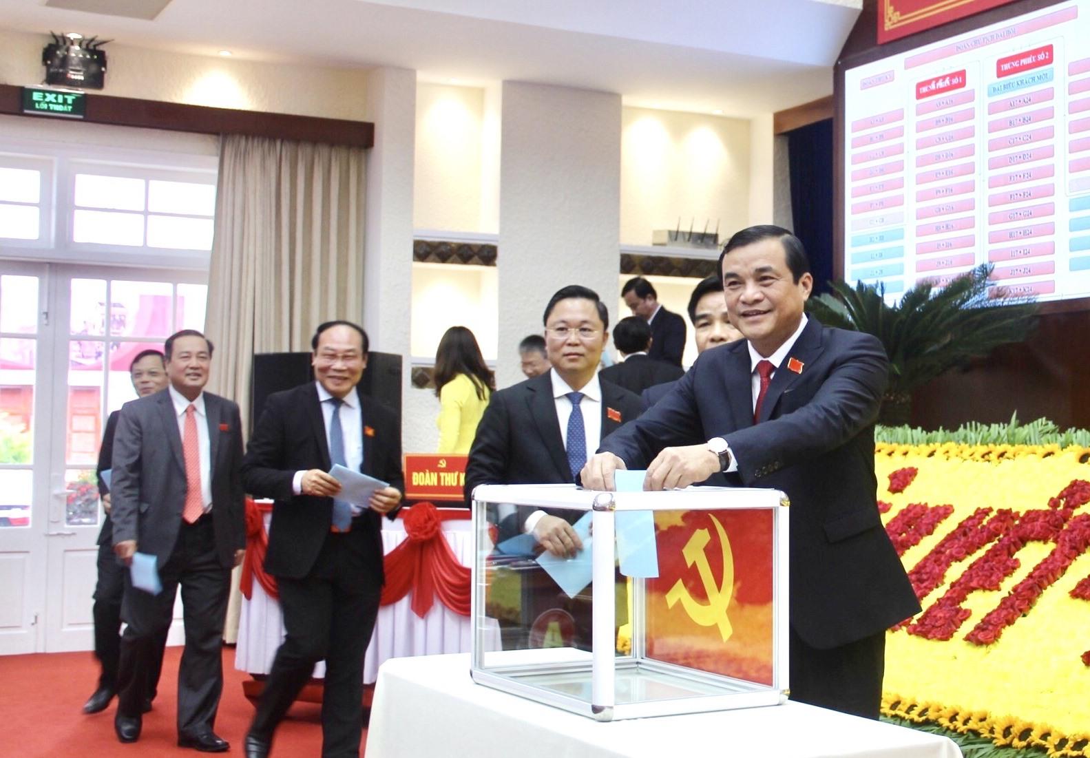 Các đại biểu bỏ phiếu bầu Ban Chấp hành Đảng bộ tỉnh khóa XXII.