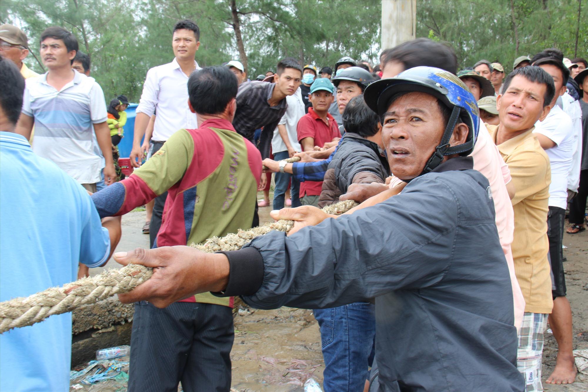 Người dân các xã Tam Tiến, Tam Hòa, Tam Hải hỗ trợ tìm kiếm 2 người mất tích. Ảnh: HOÀI AN