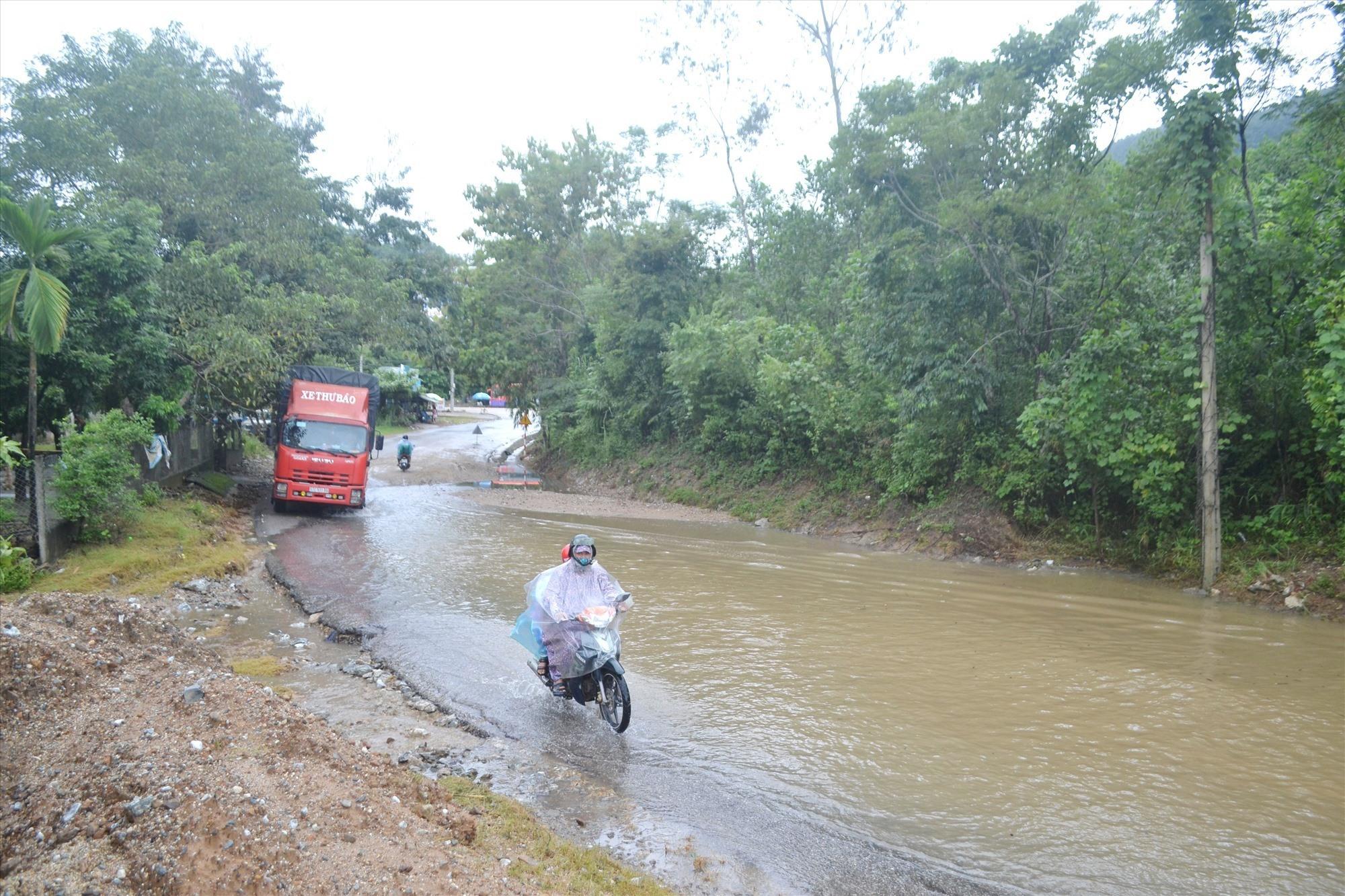 Nước ứ đọng ngập đường QL14B, đoạn phía dưới nút giao vào nhà máy xi măng Xuân Thành (thị trấn Thạnh Mỹ, Nam Giang). Ảnh: CT